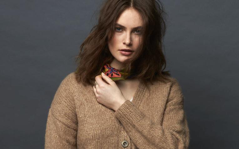 MODELE EXPLIQUE - Gilet jersey à encolure en V à tricoter © Plassard.