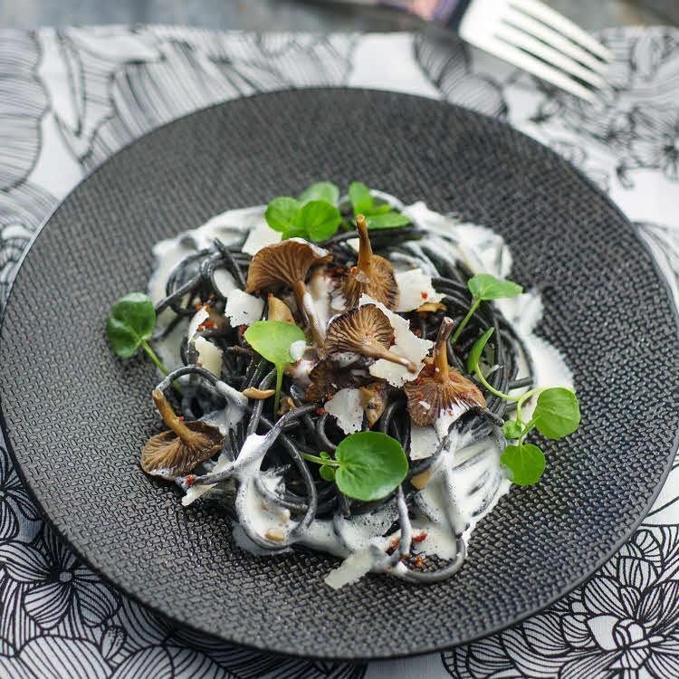 Spaghettis noirs, champignons, tomates séchées et crème au parmesan