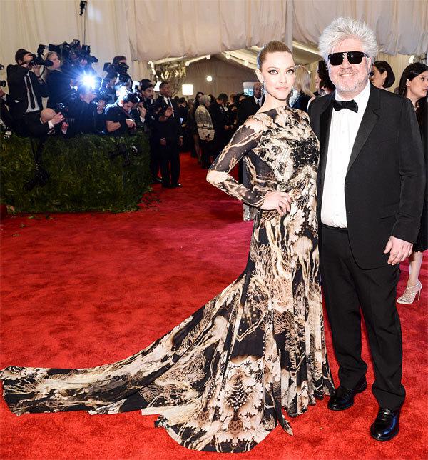 Amanda Seyfried et Pedro Almodovar en Givenchy  par Riccardo Tisci