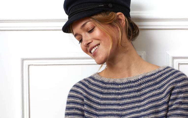 MODELE EXPLIQUE - Pull marin sans couture en jersey envers © Plassard.