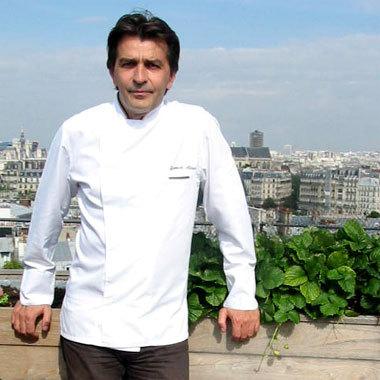 Yannick Alléno dans le potager de son bistro Au Terroir Parisien © D.R.