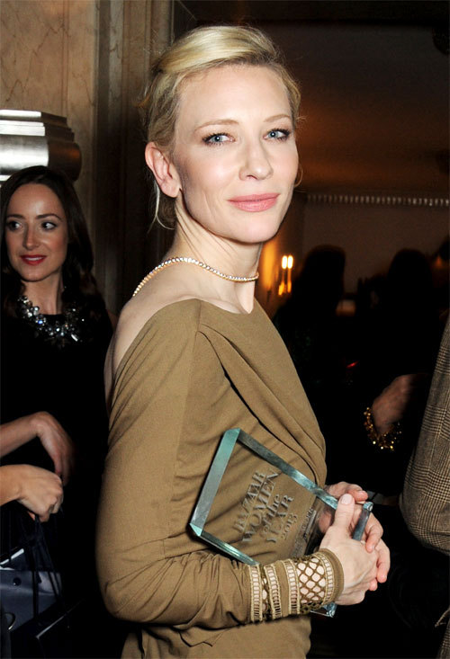 "Cate Blanchett et son trophée ""Harper's Bazaar Women Of The Year"" 2013"