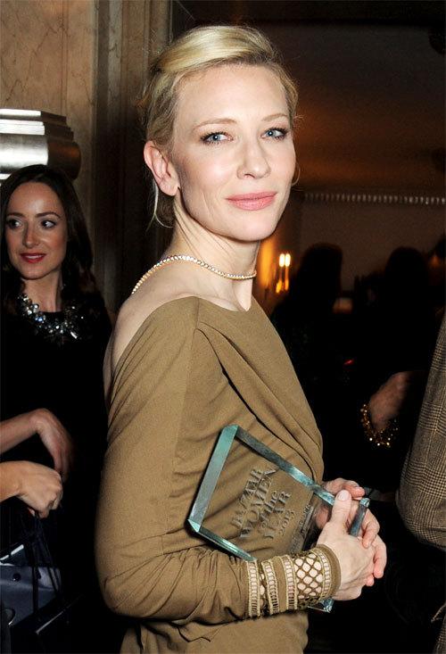 "Cate Blanchett et son trophée ""Harper's Bazaar Women Of The Year"" 2013"
