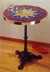 table recouverte de mosaïque par Nathalie Fieno