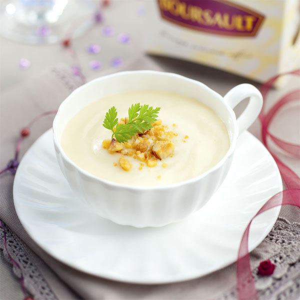 Zoom Crème de Boursault & crumble de noix et noisettes