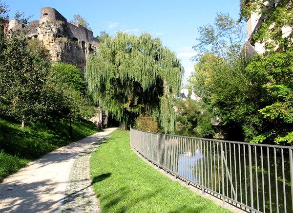Luxembourg-ville : La corniche bordée de vergers. (D.R.)