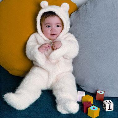 Modèle expliqué gratuit : Combinaison layette au point mousse avec moufles et capuche intégrées à tricoter