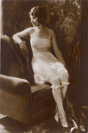 1928 Brassière, culotte et bas - Photo Mary Evans/Keystone/Eyedea