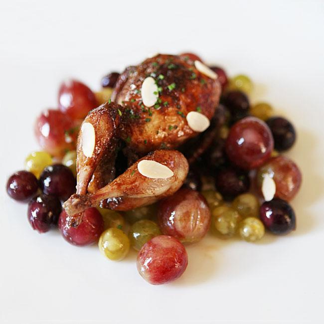 Zoom recette Caille laquée au citron confit, raisins et olives caramélisées