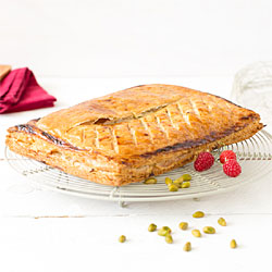 Galette des rois fourrée crème pâtissière, pistaches et framboises