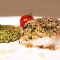 Dos de cabillaud en croûte d'amandes et basilic, galettes de courgettes au quinoa