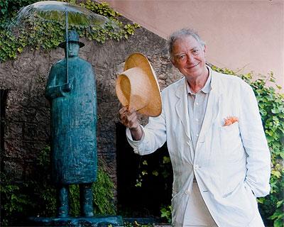 Jean-Michel Folon à la Fondation, devant la statue 'Pluie'