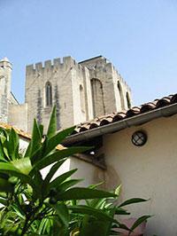 Vue sur le Palais des Papes d'Avignon de la terrasse d'une des chambres de La Mirande (D.R.)