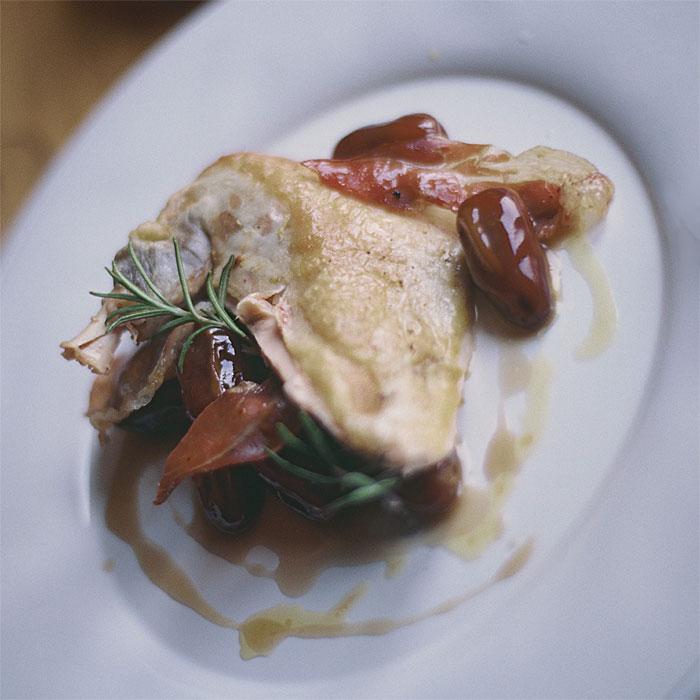 Pintade rôtie au romarin, Jambon Serrano et dattes au jus