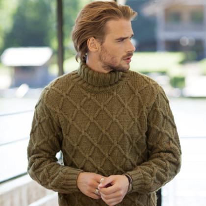 Pull à col roulé pour homme tricoté au point losange - explications gratuites.