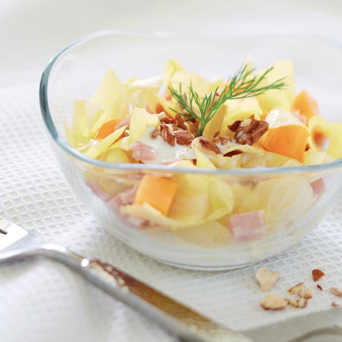 Salade complète endives, jambon, fromage blanc et noisettes torréfiées