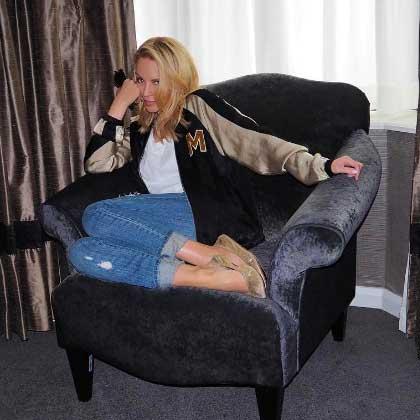 Kylie Minogue en jeans destroy.