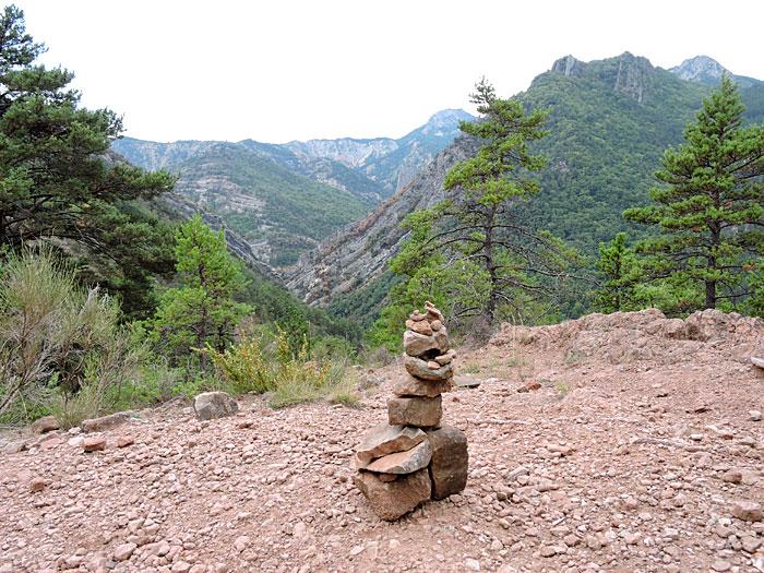 Ces petits monticules de pierres, appelés cairns ou montjoie sont dressés pour servir de lises ou de repères aux randonneurs © ABCfeminin.com.
