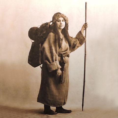 Alexandra David-Néel en costume de mendiante tibétaine.