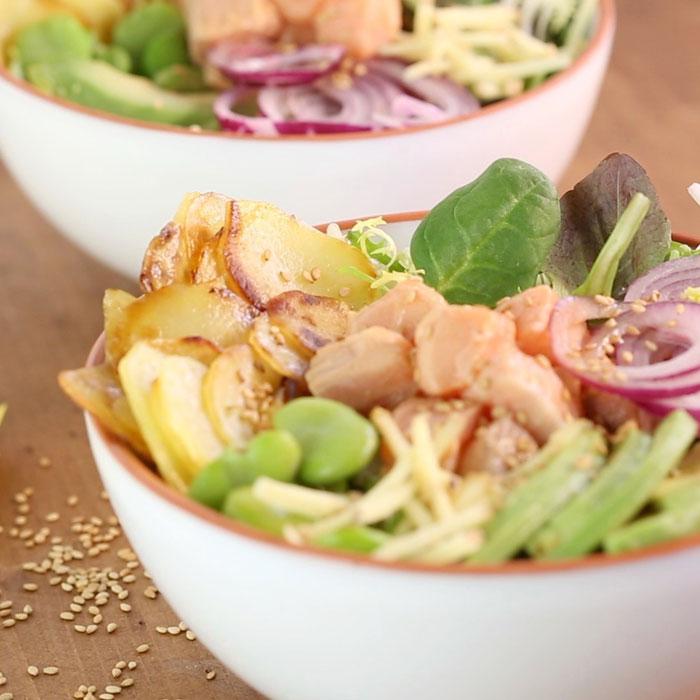 Salade bowl de pommes de terre primeur, avocat et saumon.