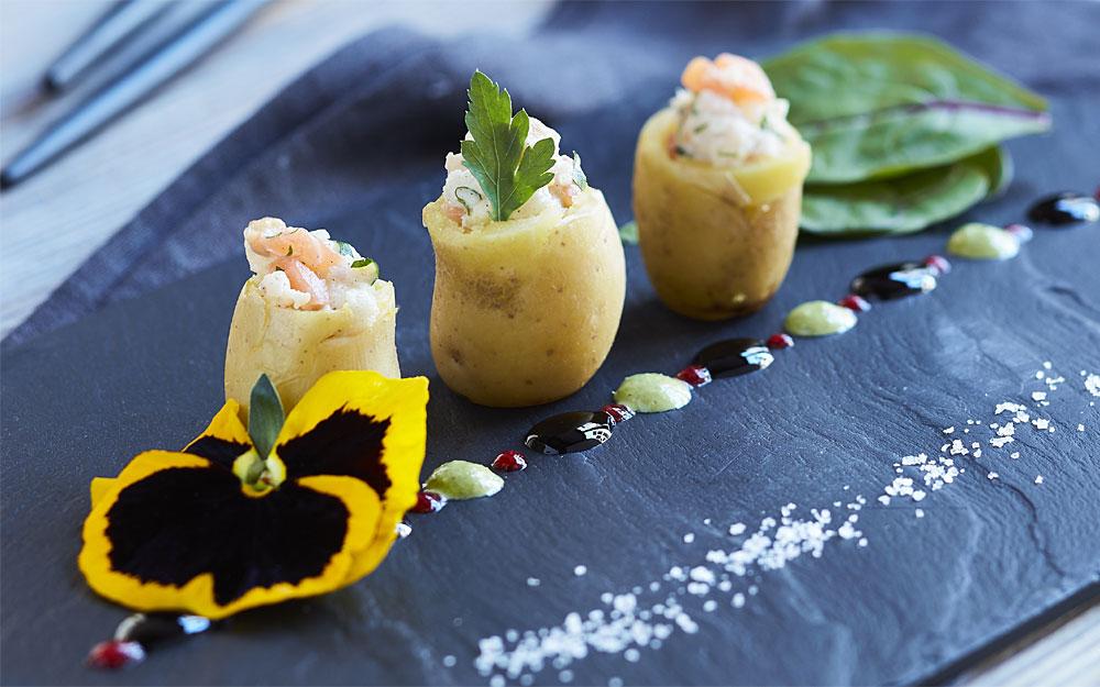 Pommes de terre grenailles primeur, tartare de merlu et saumon fumé.