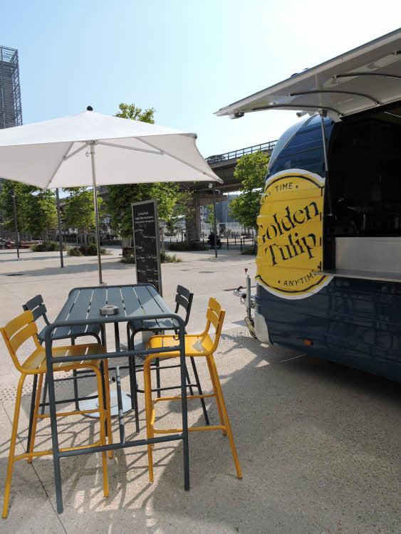 Le Food truck Golden Tulip, à l'entrée de l'hôtel à Marseille © ABCfeminin.com.