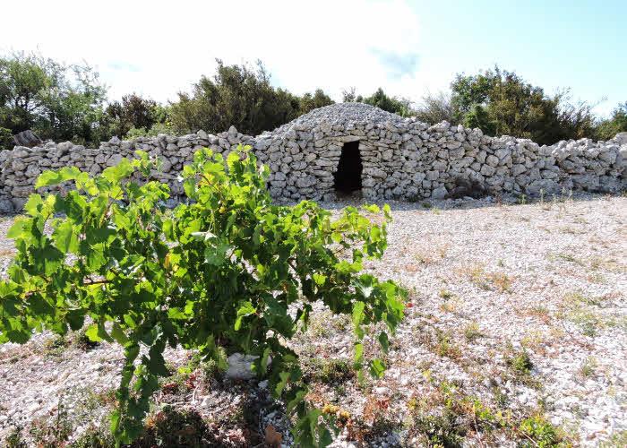 Une des rares capitelles préservées dans le Minervois © ABCfeminin.com.