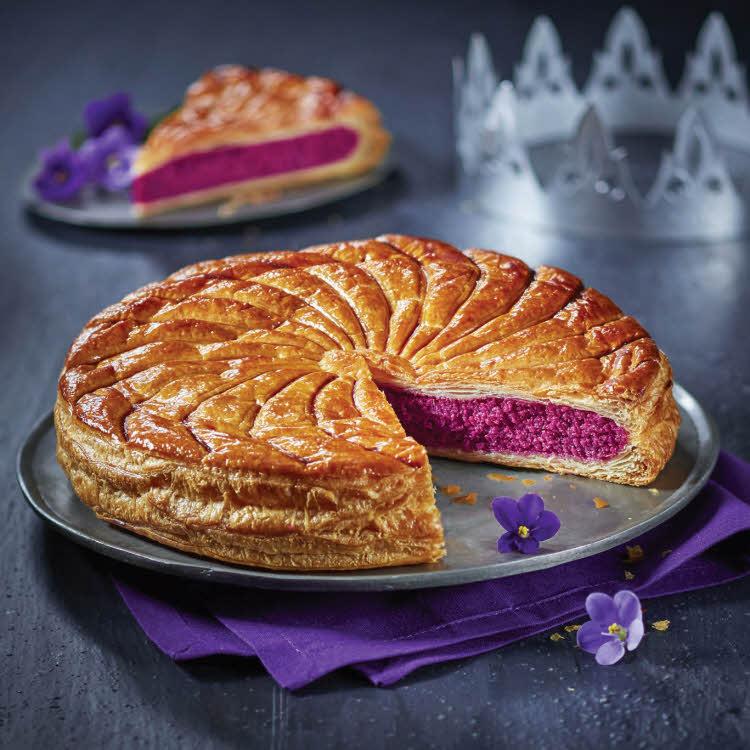Galette des rois fourrée à la frangipane au sirop de violette