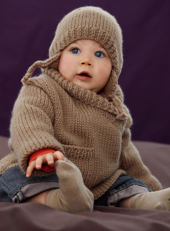 Layette gratuite expliquée : veste paletot et bonnet pour bébé à tricoter © Création Phildar.