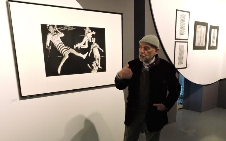 """Peter Knapp lors de l'exposition """"Dancing in the Street. Peter Knapp et la mode"""" à Paris (2018). © D.R."""