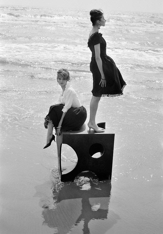 Pour Elle, Saintes Marie de la Mer, 1960 © Peter Knapp.