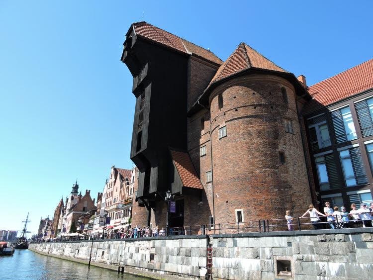 Sur la rive de Motlawa à Gdansk, l'antique grue portuaire du XVème siècle, un des emblèmes de la ville © ABCfeminin.com.