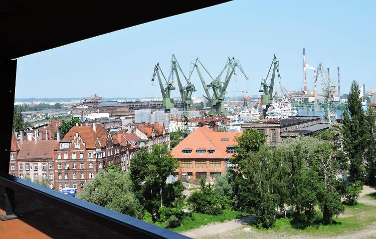 Vue sur les chantiers navals de Gdansk, depuis la terrasse du Centre européen Solidarnosc © ABCfeminin.com.