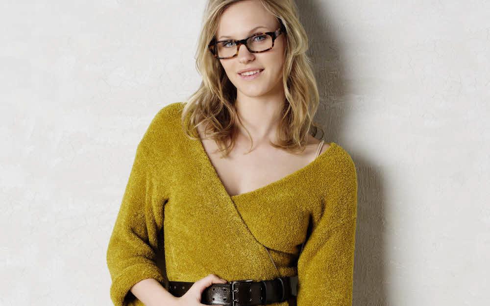 Modèle expliqué gratuit : gilet en jersey velours porté en cache-coeur. Création Phildar.