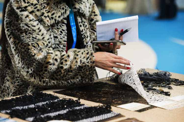 Choix de matières 'fantaisie par une acheteuse au Salon Messe Frankfurt (janv. 2019).