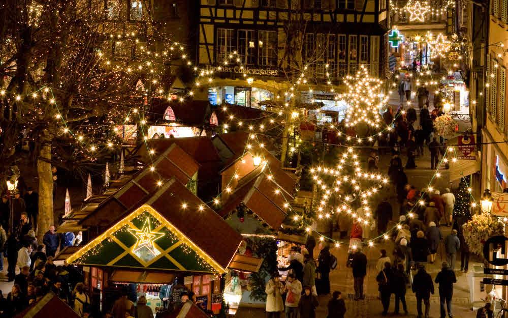 Vue panoramique d'un des nombreux marchés de Noël de Strasbourg