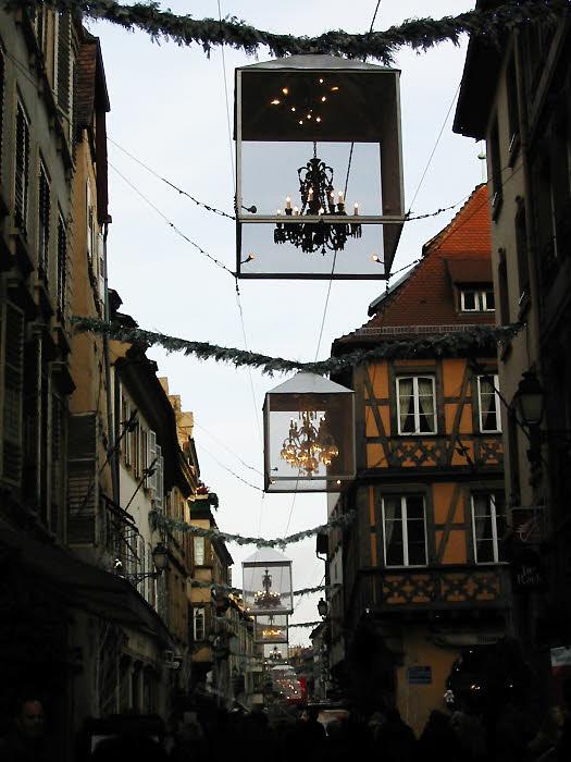 Les lustres de Baccarat dans la rue Hallebardes à Strasbourg