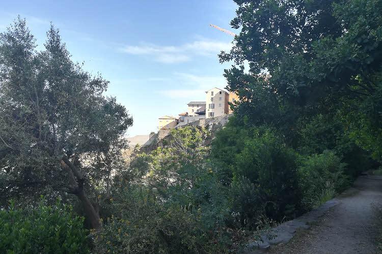 Depuis le Jardin Romieu, vue sur la terrasse de l'Hôtel des Gouverneurs dans la citadelle de Bastia © ABCfeminin.com.