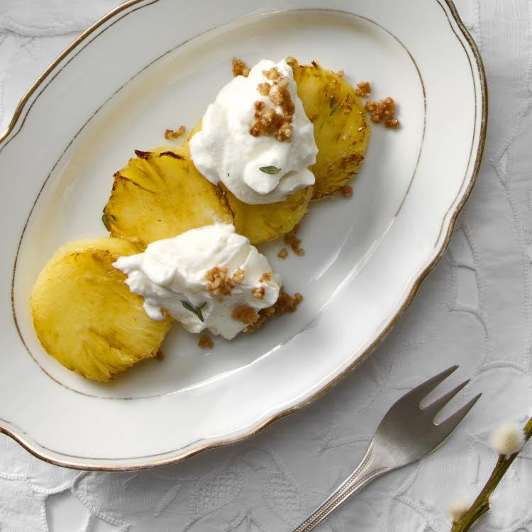 Recette de Martine Fallon : ananas rôti au Rapadura, à la vanille et au gingembre.