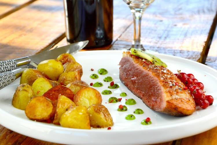 Magret de canard sauce Armagnac et kiwi de l'Adour.