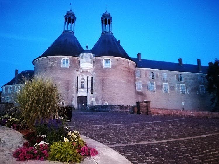 Le  château de Saint-Fargeau à la tombée de la nuit © ABCfeminin.com.