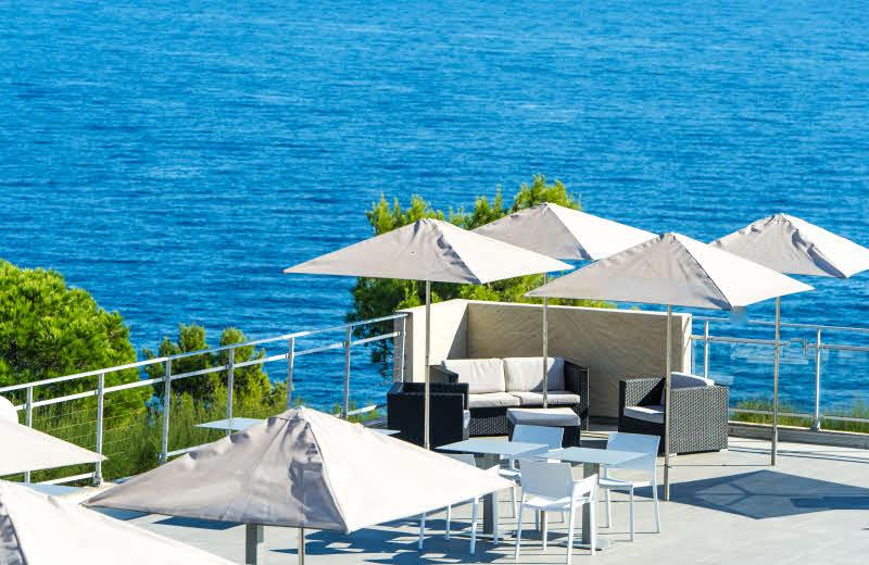 La terrasse avec vue sur la Méditerranée du restaurant B.66 de Côté Thalasso à Banyuls-sur-Mer.