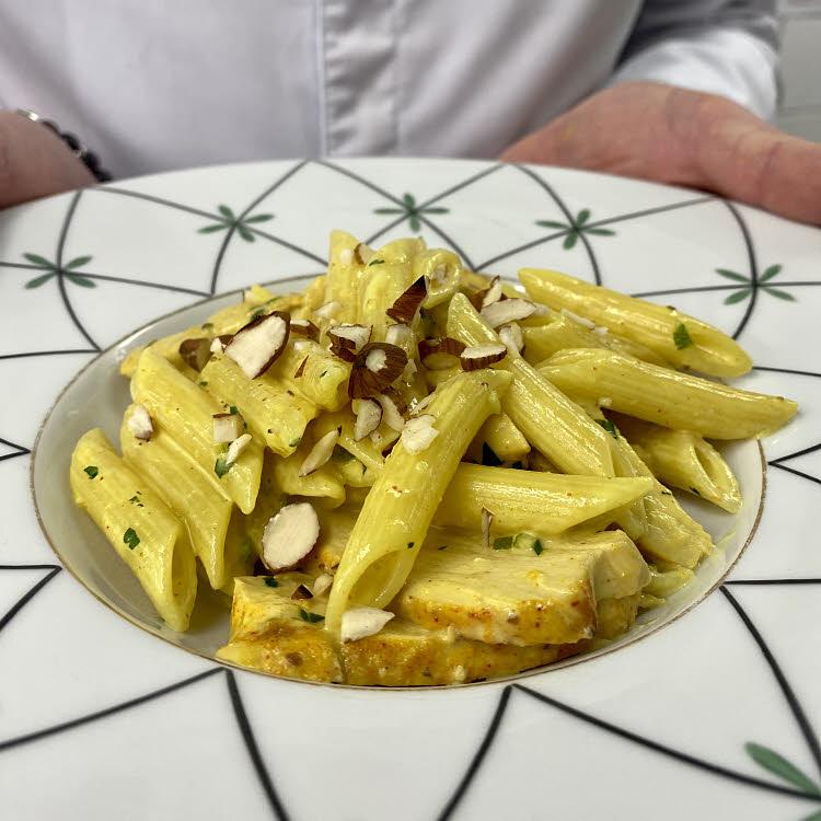 Recette du chef Guy Martin : penne et blancs de poulet tandoori au lait de coco.