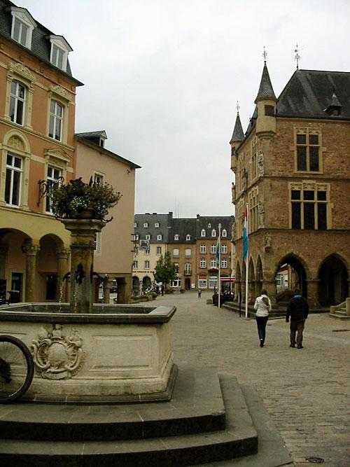Luxembourg : Echternach, la place du Marché et l'ancien palais de justice (D.R.)