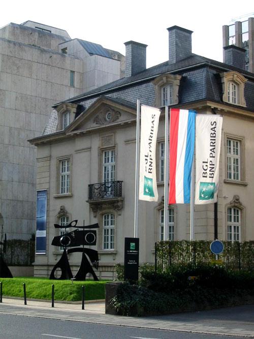 Institution bancaire à Luxembourg avec une oeuvre monumentale sur le parvis. (D.R.)