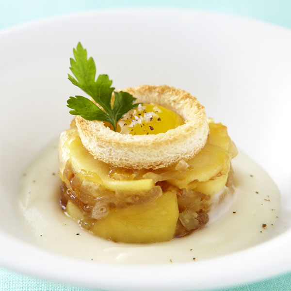 ZOOM velouté de panais, confit d'oignons à la pomme Ariane, lunette d'oeuf de caille