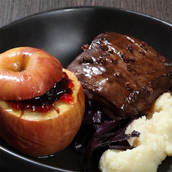 ZOOM Pavé de sanglier, compotée de chou rouge, purée de céleri et pommes au four