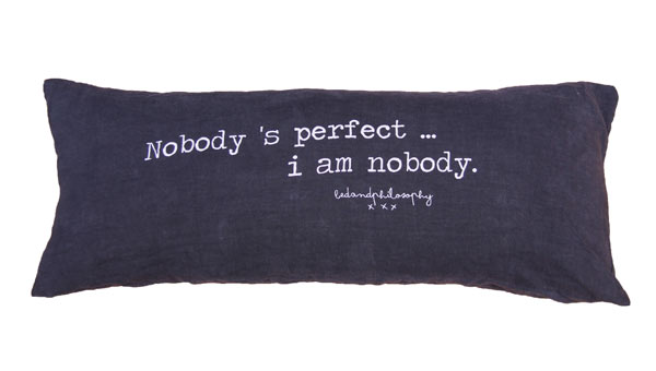 Coussin imprimé 'Nobody is perfect, I am Nobody'... Bed and Philosophy