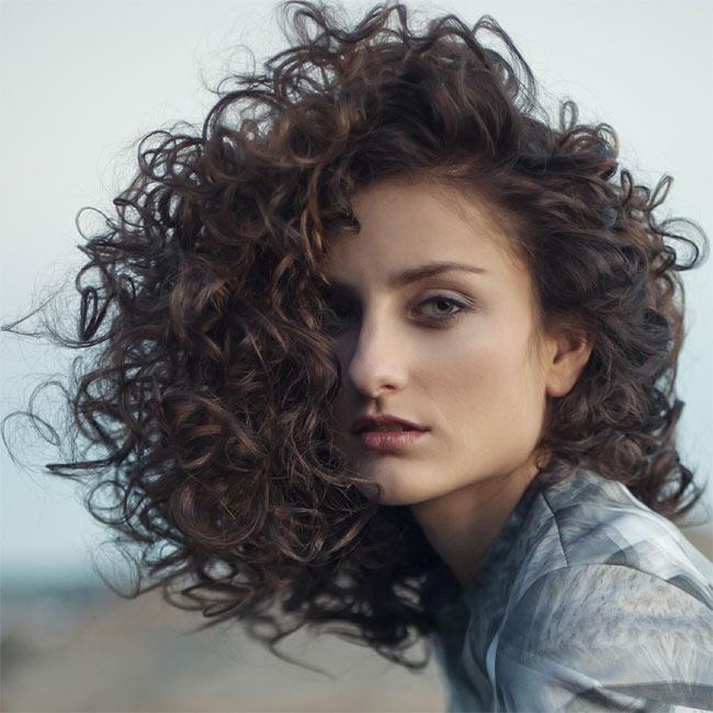Cheveux bouclés et mi-longs - Coiffure INTERCOIFFURE - printemps-été 2015