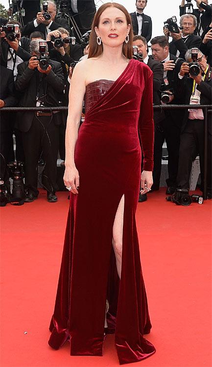 Julianne Moore en robe en velours rouge foncé Givenchy Haute Couture by Riccardo Tisci.